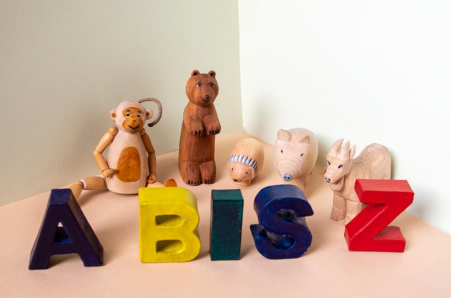 Startbild für die Reihe ABC-Tiergedichte für Kinder mit geschnitzten Holzfiguren