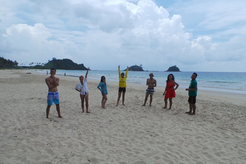 Group photo at Nacpan Beach