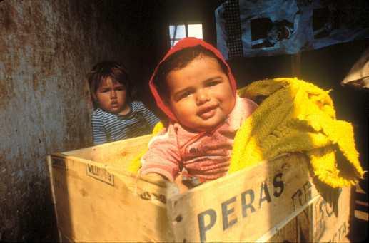 Paraguay, El Chaco, La vivienda de una familia. trabajador temporal, retratoHijos de los trabajadores temporales en su casa.