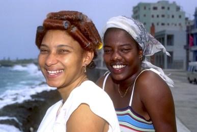 Cuba, La Habana, el Malecón, dos amigas