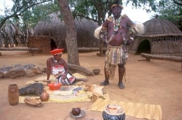 Sudáfrica, Natal Kwa-Zulu, Empangeni, poblado Zulu, Jefe Zulu, y su mujer, retrato