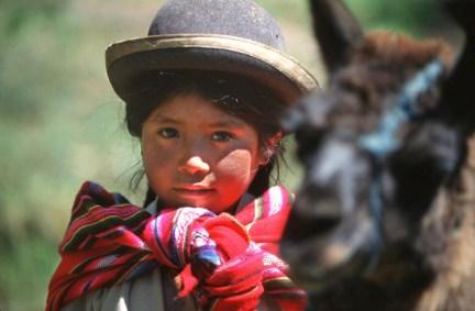 Bolivia, Lago Titikaka, Niña con llama, retrato