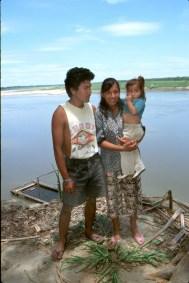 Bolivia, Beni, rio Mamore, transporte fluvial del ganado,temporero leñador y su familia, retrato