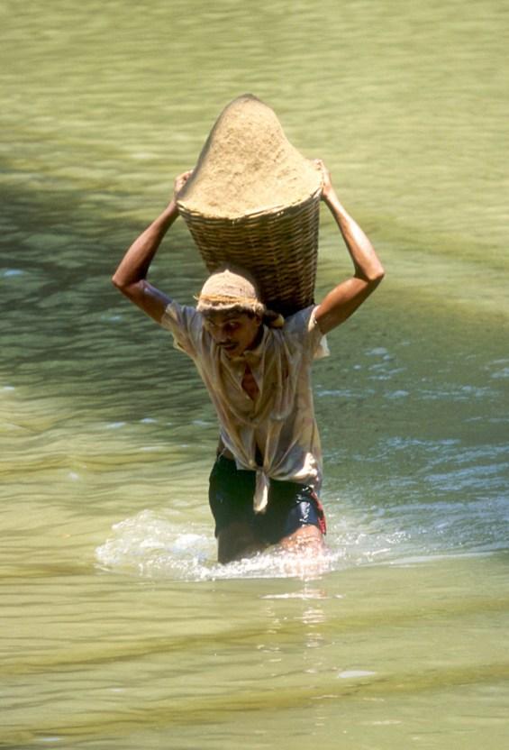 Sri Lanka, Ratinapura extracción de arena del río, trabajo