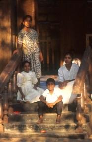 Sri Lanka, Anuradhapura, recinto del Árbol Bo, una familia disfruta del descanso, retrato
