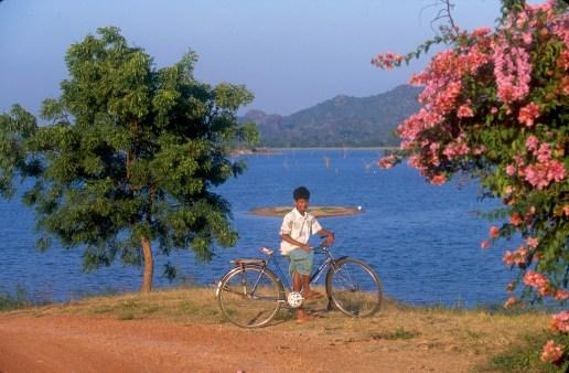 Sri Lanka, Polonnaruwa, embalse, joven con bicicleta