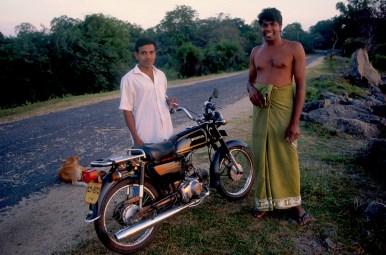 Sri Lanka, Polonnaruwa, Amigos de conversación en el embalse, retrato