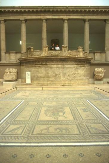 Alemania, Berlín, Entrada al museo de Pergamo, Mosaico y arquitectura Griega