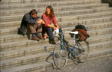 Alemania, Berlín, Isla de los museos, Altes Museum, dos amigos de conversación, bicicleta