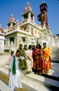 India, Uttar Pradesh, Delhi, Amigas de visita al templo de Lakshmi Marayan, retrato