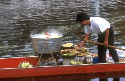 México, DF, canales de Xochimilco, barcas venta de comida, transporte