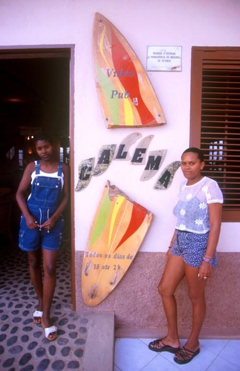 Cabo Verde, Isla de Sal, Santa Maria, Bar Calema, camareras, retrato