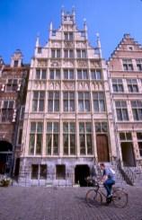 Bélgica, Flandes, Gante, Muelle de las Hierbas, casas de los Gremios, bicicleta