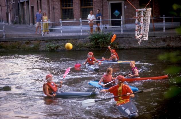Bélgica, Flandes, Brujas, Juego de pelota con Kayak