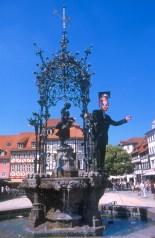 Alemania, Baja Sajonia, Goslar, fuente de Gänseliesel, graduación, estudiante