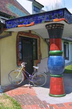 Austria, Estiria, Barnbach Arquitecto Hundertwasser, bicicleta