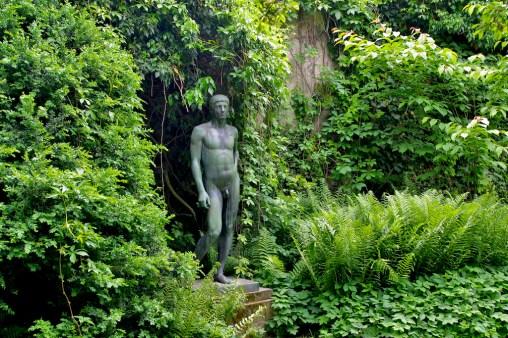 Alemania, Lago de Constanza, Constanza, escultura en un patio interior