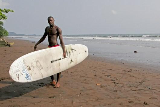 Camerún, Limbe, Playa, surfista, retrato