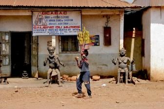 Camerún, Foumban, calle de Artesanos, vendedor ambulante