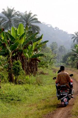 Camerún, Nkongsamba, campesinos, moto