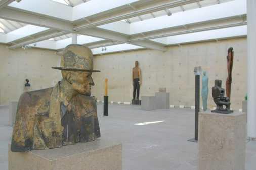 Holanda, Zuid-Holland, Scheveningen, Museo de las Esculturas en la Playa, Obra de Max Wagner (primer plano)