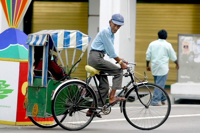 Singapur, Pequeña India, Trishaw en Serangoon Street, ciclista