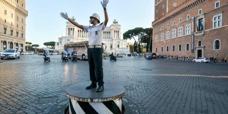 ROME SEES RETURN OF TRAFFIC CONDUCTOR'S PODIUM IN PIAZZA VENEZIA