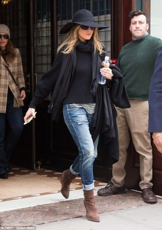 black and bworn outfit jennifer anniston