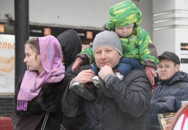 Семейное фото. Прохожий. Сказал, что специально пришёл взглянуть на Марш. / Фотографии — Илья Мясковский