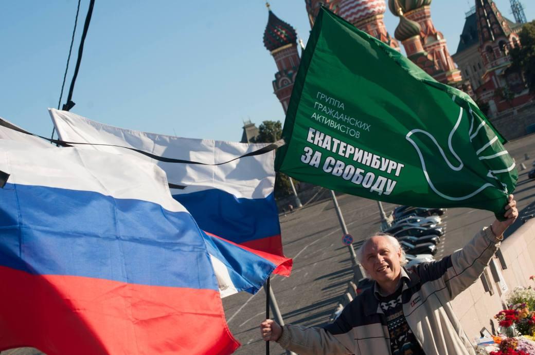 pavel_kolesnikov_s_flagom_ekaterinburg_za_svobodu.jpg