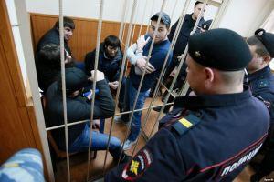 Обвиняемые в убийстве Бориса Немцова в ходе одного из судебных заседаний. Москва, февраль 2016 года