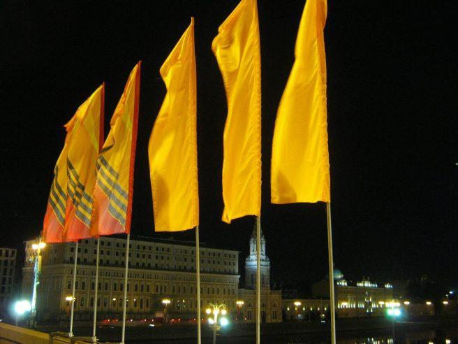 Над Мемориалом развеваются флаги с георгиевской ленточкой.