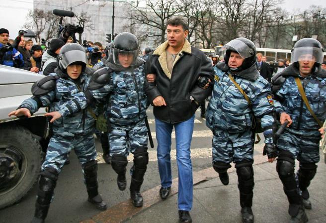 Фото: Андрей Сидоров / Интерпресс / PhotoXPress Задержание Бориса Немцова на «Марше несогласных» в Санкт-Петербурге, 25 ноября 2007 года