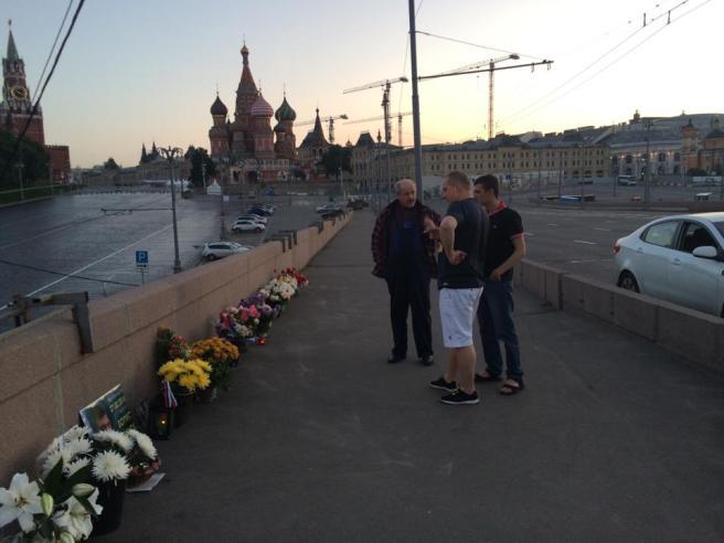"""Рядом с Сергеем Шевченко двое ребят из Оренбурга — говорят """"спасибо""""."""