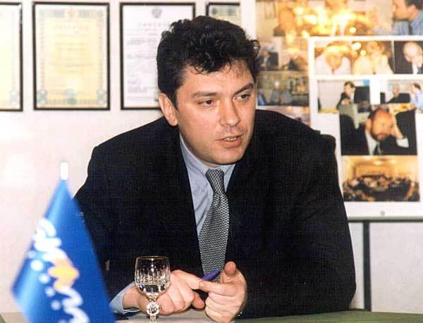 Борис Немцов в офисе Билайна, который тогда ещё был «Би Лайн» и с другим логотипом.