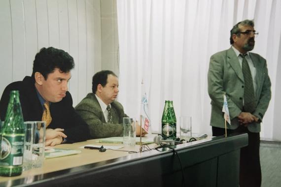 На учредительной конференции СПС. В центре — депутат ГД РФ В. Томчин, справа — партийный активист Атанас Атанасов