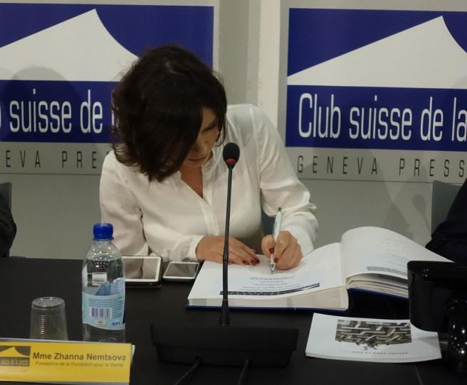 Жанна Немцова расписалась в Книге почетных гостей Женевского клуба прессы (© Nashagazeta.ch)