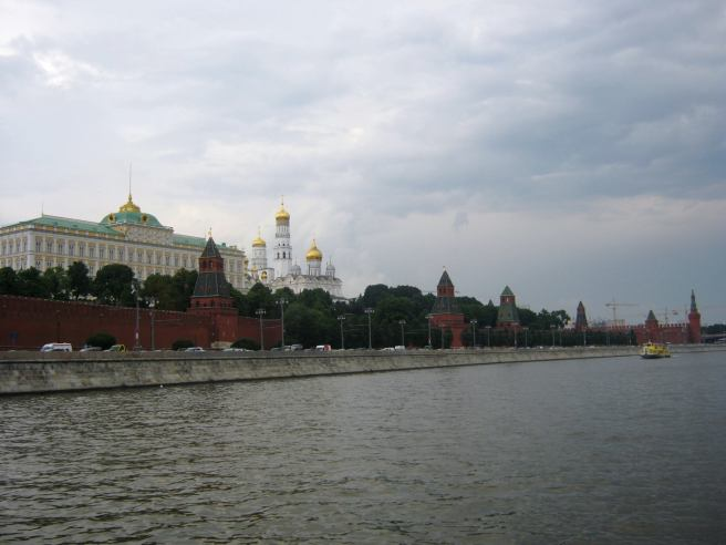 Теплоходная прогулка Подплываем к Немцову мосту. Кремль