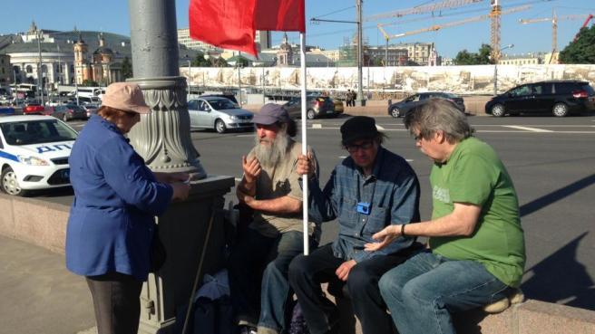 Елена Горохова, с флагом Саша Казаков, в зеленой футболке Игорь, приходит Грише помогать