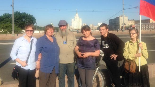 Ирина Русанова, Елена Горохова в синей блузе, рядом с Гришей Ирина Романова. Молодой человек, он часто бывает на мосту, а женщину с флагом зовут Ирина.