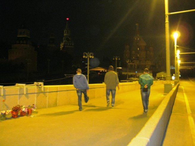 26.08.2016. Немцов мост. Посетители. Со знаком плюс и со знаком минус.