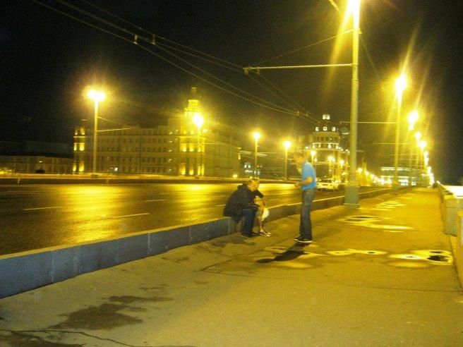 28.07.2016. Немцов мост Тихая беседа на мосту