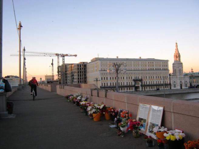Немцов мост. Мемориал. Рассвет. Велосипедист проехал. В эту ночь много было мотоциклистов. Они носились по мосту с необыкновенной скоростью А ещё проезжали люди на роликах, на самокатах и конечно на велосипедах. Такое место — все ездят.