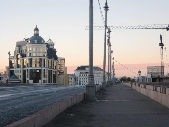Немцов мост. Мемориал. Рассвет Какое то небыкновенное облако. Ровное-ровное, как полоса на небе. Светло-розовое. Очень необычное зрелище