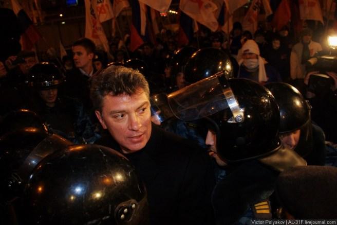 Стоило Немцову выйти из подземного перехода, его тут же окружили сотрудники полиции.