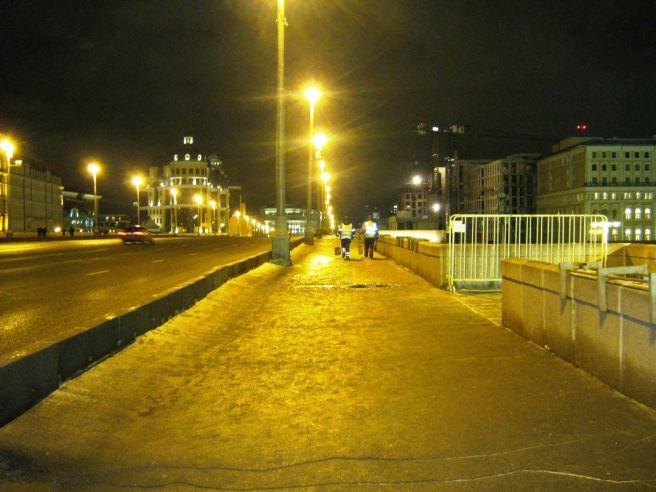 20.12.2016 Немцов мост. Утро. Рабочие Гормоста убираю мост