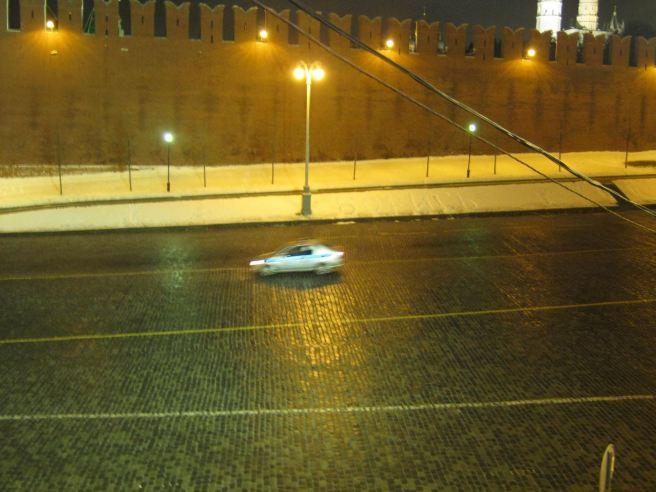 20.12.2016 Немцов мост. Утро. Надпись «Борись», а мимо проезжает полицейская легковушка.