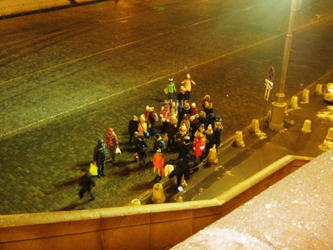 26.12.2016. Дежурство на Немцовском мемориале. В 11 вечера появилась группа школьников. По-видимому надеялись, что их здесь подберёт автобус. Постояли пошли в сторону Манежки. Бедные дети.