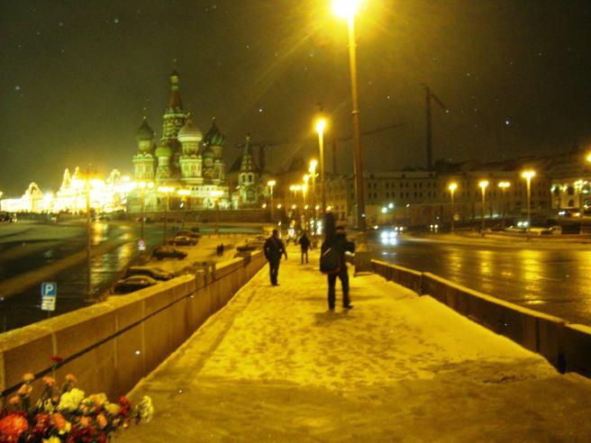26.12.2016 Дежурство на Немцовском мемориале. Парень с гитарой. Ну очень эмоциональный молодой человек, но нам он понравился...