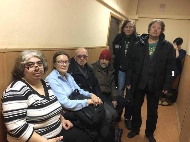 Группа поддержки в ожидании получения протокола.